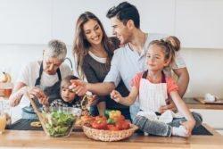 3 générations s'occupant du repas ensemble
